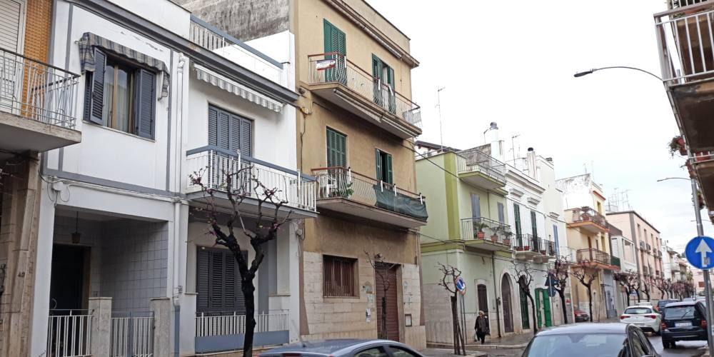 Appartamento trivani in bifamiliare, zona via Noicattaro (via Sicilia), Rutigliano